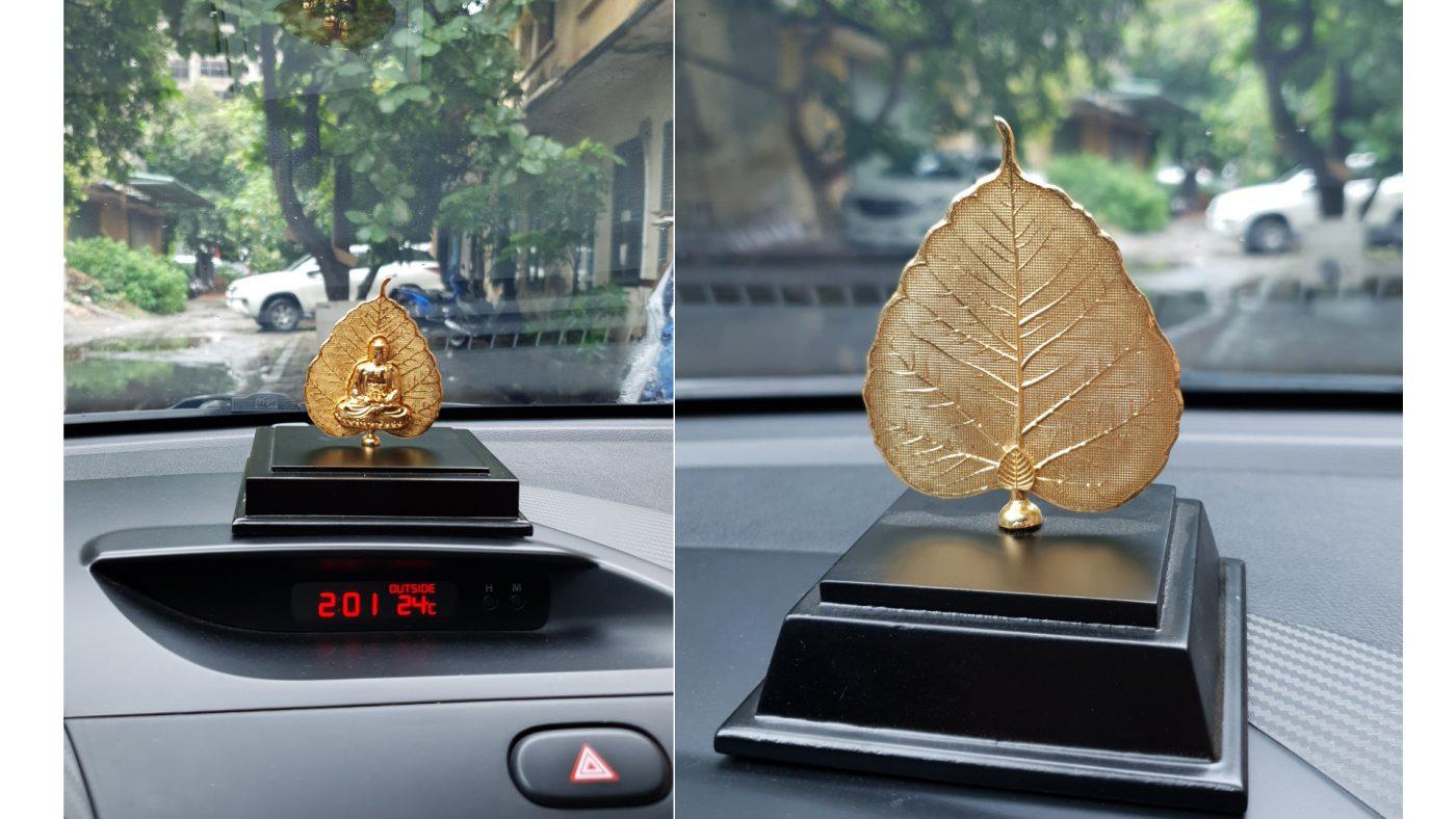 Hình ảnh lá bồ đề mạ vàng đặt trong ô tô