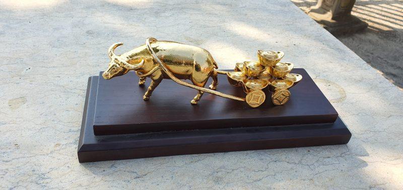 Trâu phong thủy kéo xe vàng